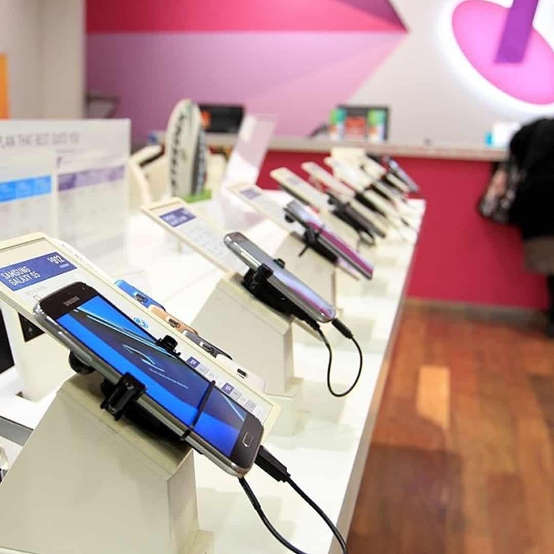 An image of a mobile store with many smartphones exposed.